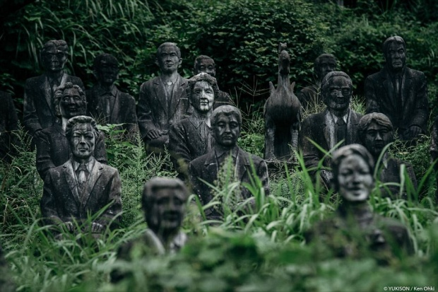 Du khách sẽ có cảm giác như lạc vào hang ổ của nữ thần Medusa khi tới công viên thám hiểm tại làng Fureai Sekibutsu no Sato, nơi có 800 bức tượng người đầy vẻ bí ẩn.Tại một số khu trong công viên, cỏ mọc cao nên chỉ thấy phần đầu các bức tượng.