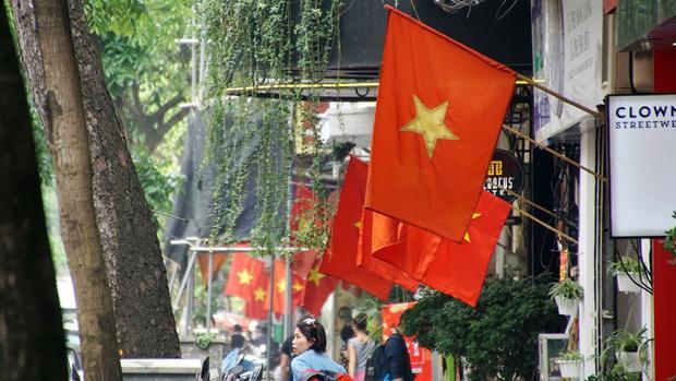 Những lá cờ đỏ như tái hiện thêm truyền thống hào hùng của dân tộc Việt Nam.