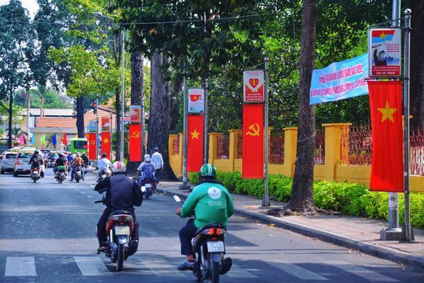 Con đường Đinh Tiên Hoàng thường này đã ngập màu cờ đỏ sao vàng đầy tự hào thế này đây!