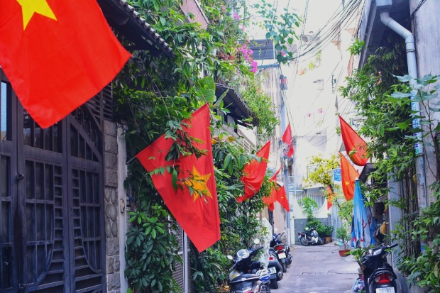 Từ hẻm nhỏ đến đường lớn, đâu đâu cũng tràn ngập màu cờ đỏ sao vàng.