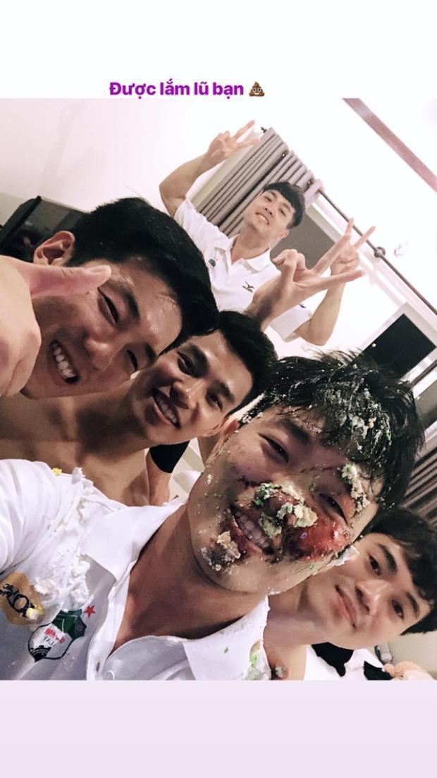 """Xuân Trường khoe gương mặt """"bê bết bánh kem"""" trong tiệc sinh nhật mới nhất của mình."""
