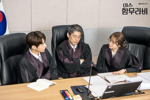 Anh sử dụng sự khôn ngoan mà anh đã tích lũy suốt cuộc đời để tìm ra sự cân bằng giữa Park Cha Oh Reum và Im Ba Reun.