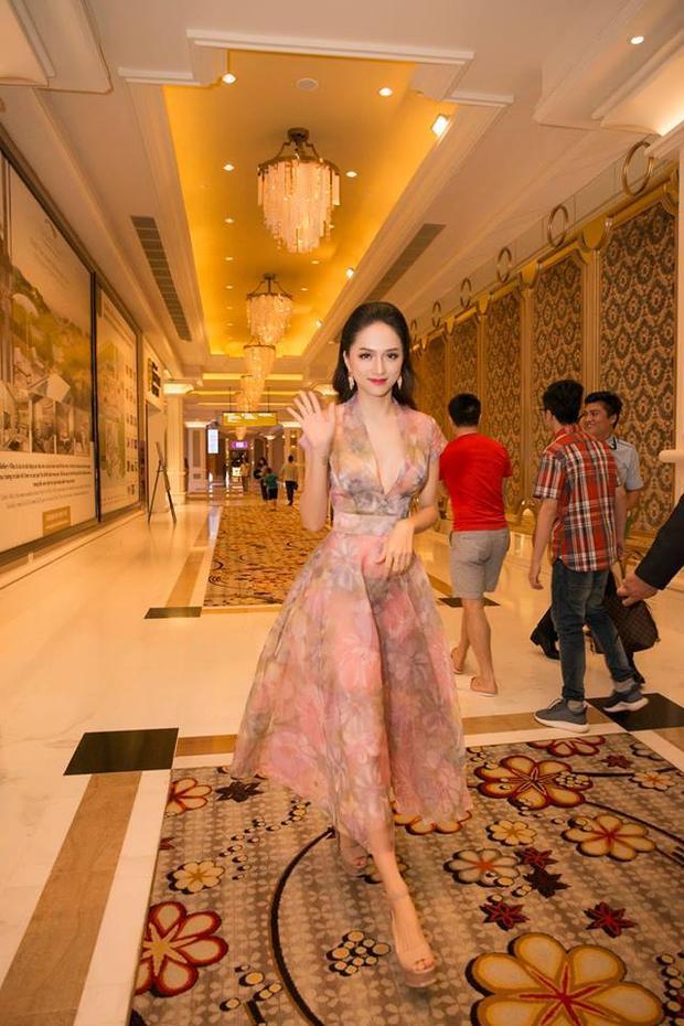 Váy xòe có những hoa văn tinh tế, dường như chính là vũ khí giúp Hương Giang thu hút hết mọi ánh nhìn mỗi khi xuất hiện.