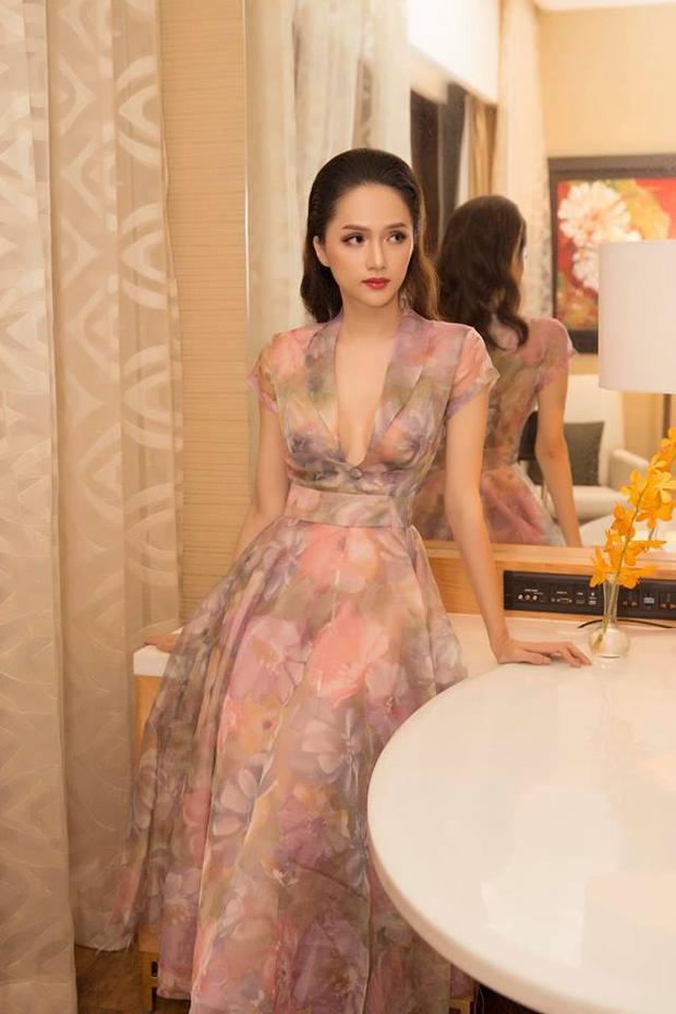 Chất liệu nhẹ nhàng, mềm mại và thơ mộng làm nhiệm vụ tôn lên vẻ đẹp mong manh của Hương Giang.