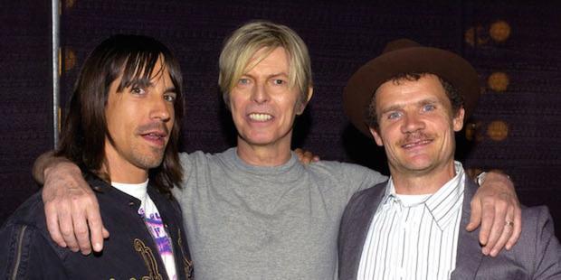 """2 nghệ sĩ """"lắm tài nhiều tật"""" chụp hình cùng nhau, ngoài cùng bên trái là Anthony, ở giữa không ai khác ngoài David Bowie."""