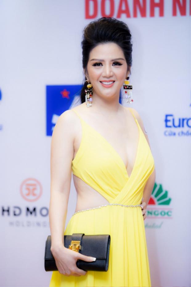 Nữ ca sĩ Đinh Hiền Anh mặc chiếc đầm vàng có những đường cắt khoe da thịt khá sexy. Tuy nhiên, với lứa tuổi và vóc dáng của cô thì trang phục này lại bị xem là khá phản cảm.