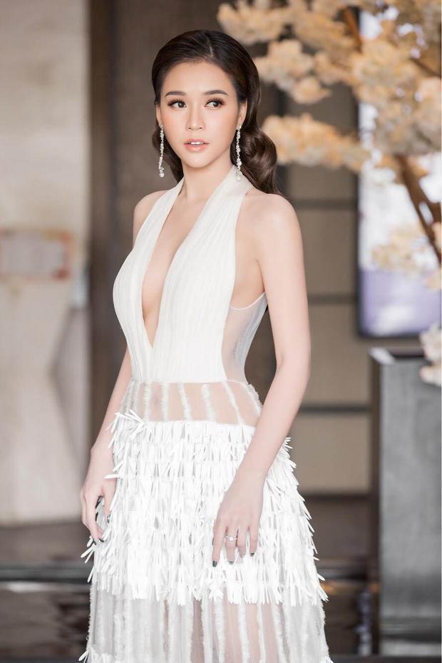 Có mặt tại một sự kiện họp báo gần đây, Sam gây chú ý khi mặc một chiếc váy trắng tinh khôi nhưng có những đường cắt xẻ táo bạo.