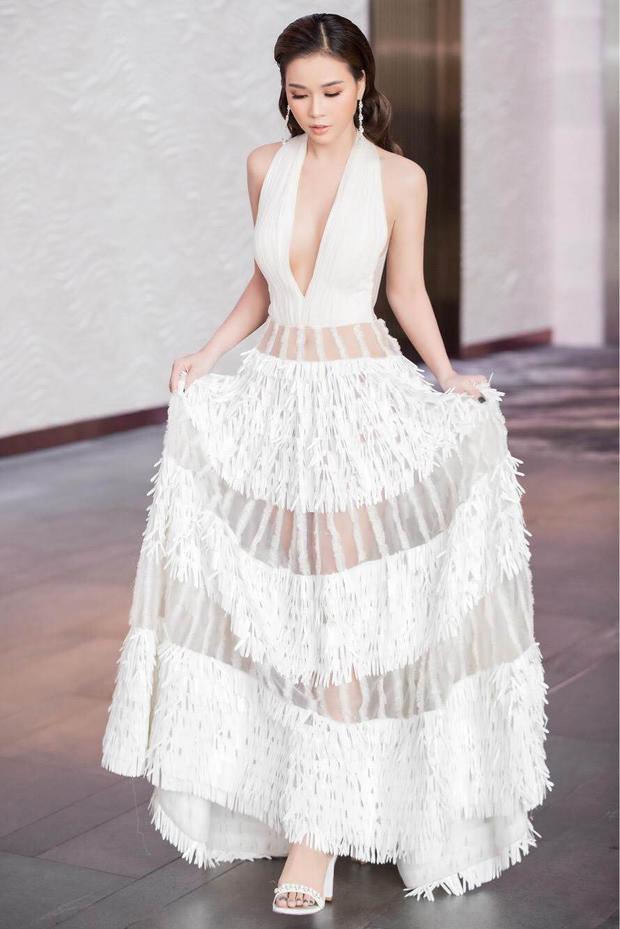 Phối cùng chiếc váy lộng lẫy, Sam chọn cho mình đôi giày gót vuông đính hạt lấp lánh cùng tông trắng với trang phục rất phù hợp.
