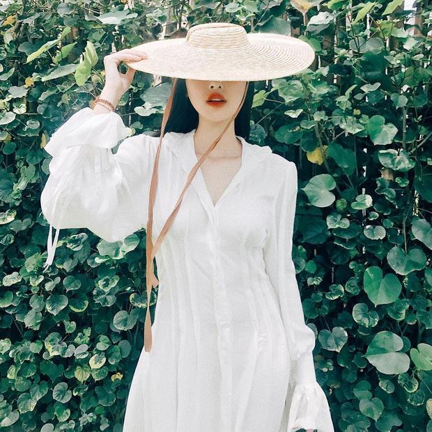 """Đang tận hưởng chuyến du lịch tại Huế, Hà Lade vẫn không quên đăng ảnh """"sống ảo"""" lên trang cá nhân. Chiếc váy trắng đơn giản phối cùng mũ cói đem lại cho người đẹp một tổng thể """"cộp mác"""" mùa hè."""
