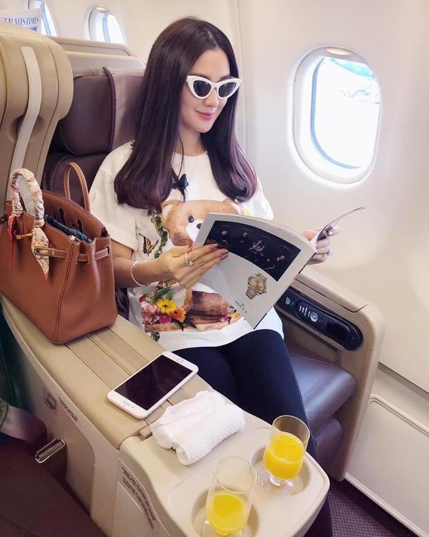 Ngọc Loan The Face mặc outfit giản dị trên máy bay đi du lịch. Người đẹp tăng điểm thời thượng cho set đồ bằng các món phụ kiện thời thượng như: túi Hermes, kính mắt mèo.