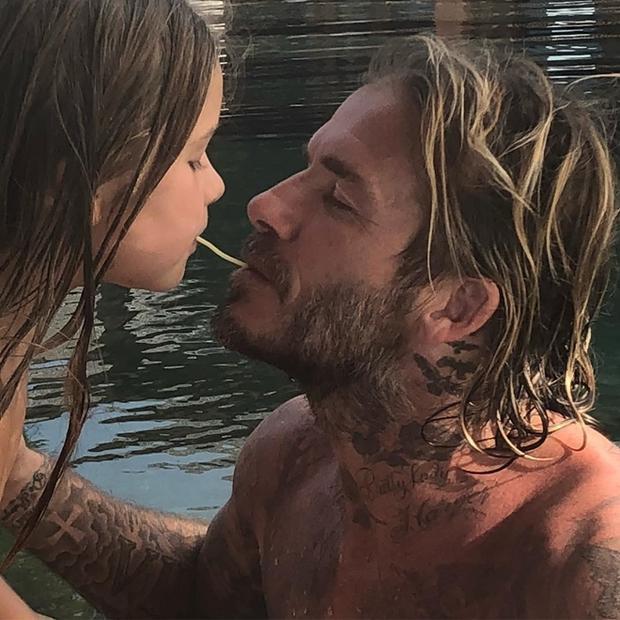 Vợ chồng David Beckham hé lộ hậu trường buổi trang điểm được phụ trách bởi Harper