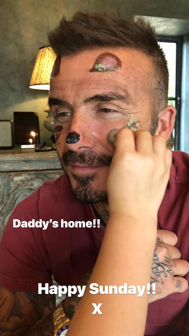 Bố Becks đã về rồi, thế thì cùng tham gia với công chúa nhỏ thôi!