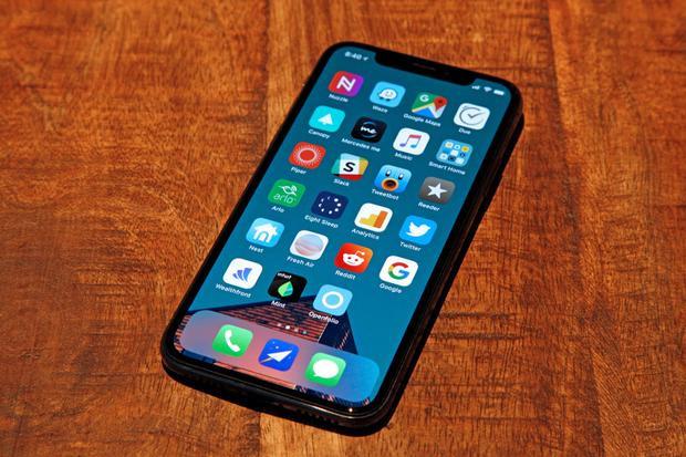 iPhone X là điện thoại đầu tiên của Apple có màn hình OLED, trong khi đó công nghệ màn hình này rất phổ biến trên Android.