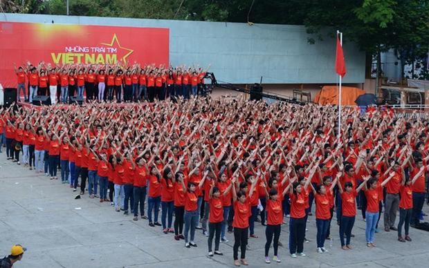 """""""Việt Nam tôi đứng lên và thắp sáng niềm tin chiến thắng. Không thể nào ngăn tôi yêu quê hương Việt Nam."""""""