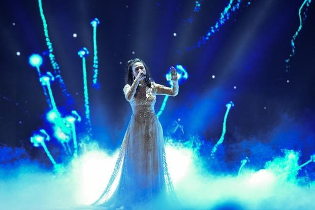 Được biết nữ ca sĩ gặp phải sự cố âm thanh khi đang trình diễn, nhưng với bề dày kinh nghiệm, cô hoàn toàn làm chủ sân khấu khiến nhiều người không khỏi thán phục.