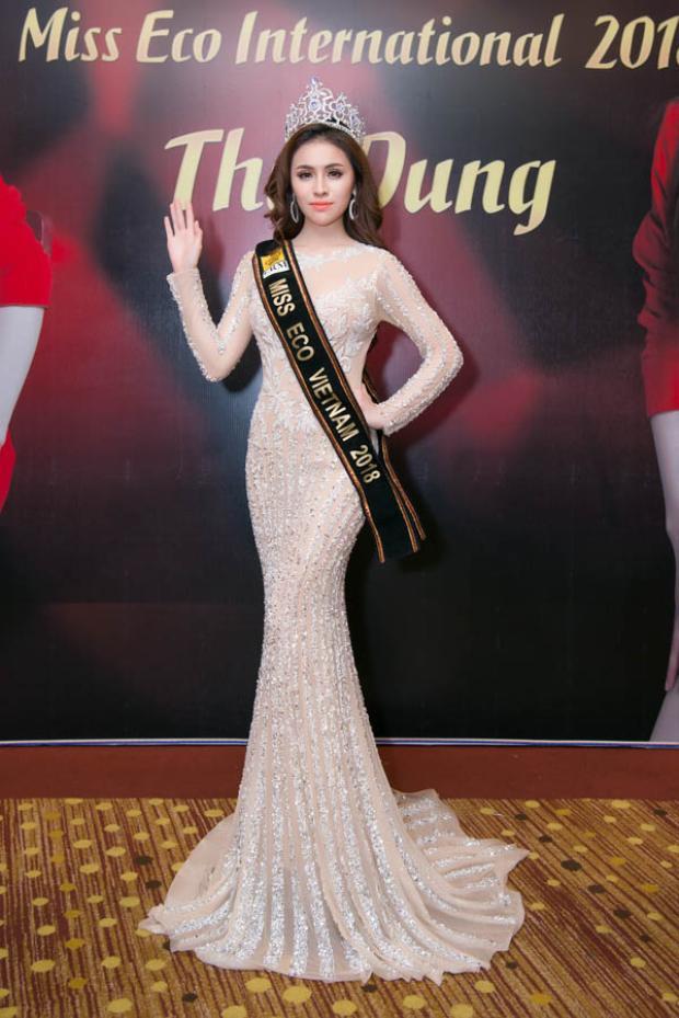 Trong sự kiện trước ngày lên đường thi Miss Eco International 2018, Thư Dung khoe sắc kiêu kỳ trong hai bộ trang phục tuyệt đẹp của NTK này.