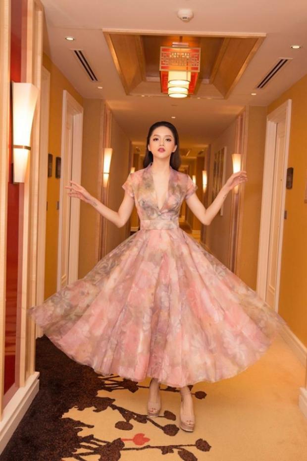 Với thiết kế nhẹ nhàng, bồng bềnh cùng chi tiết xẻ ngực sâu, hoa hậu Hương Giang hoàn toàn khiến người nhìn phải xiêu lòng với vẻ thanh tao, sang trọng của cô.