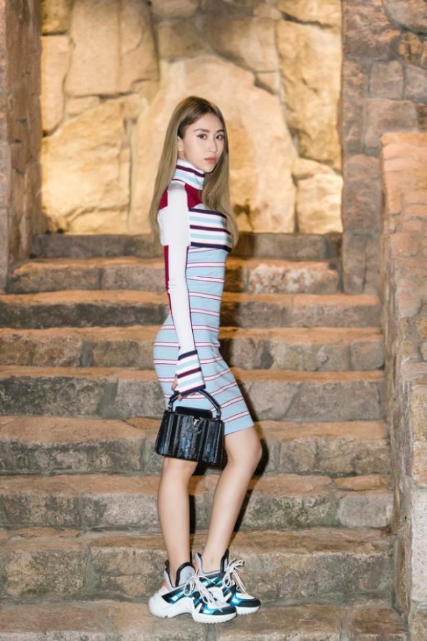 """Quỳnh Anh Shyn tiếp tục trung thành với phong cách thể thao, năng động khi xuất hiện tại một sự kiện ở nước ngoài cùng váy ôm in họa tiết sọc, giày """"ông già"""" Louis Vuitton và túi xách cùng thương hiệu."""