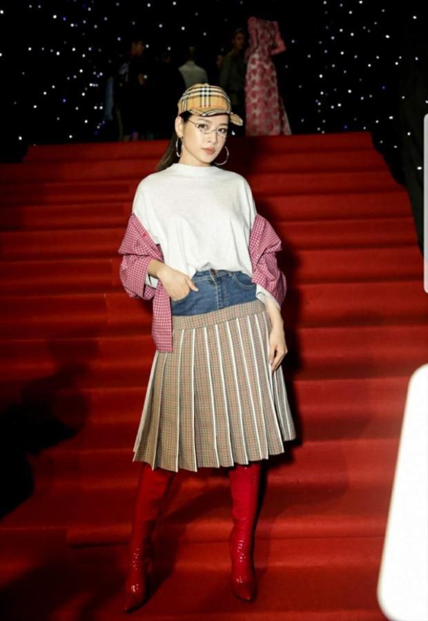 """Chi Pu cũng phải chịu cảnh lọt vào top sao xấu của tháng 4 bởi outfit rối rắm, chắp vá. Tuy sử dụng toàn các món đồ """"xịn sò"""" như chân váy dập li của Công Trí, áo khoác của Vetement và nón của Burberry, nhưng cách phối luộm thuộm của cô lại khiến công chúng khó hiểu."""
