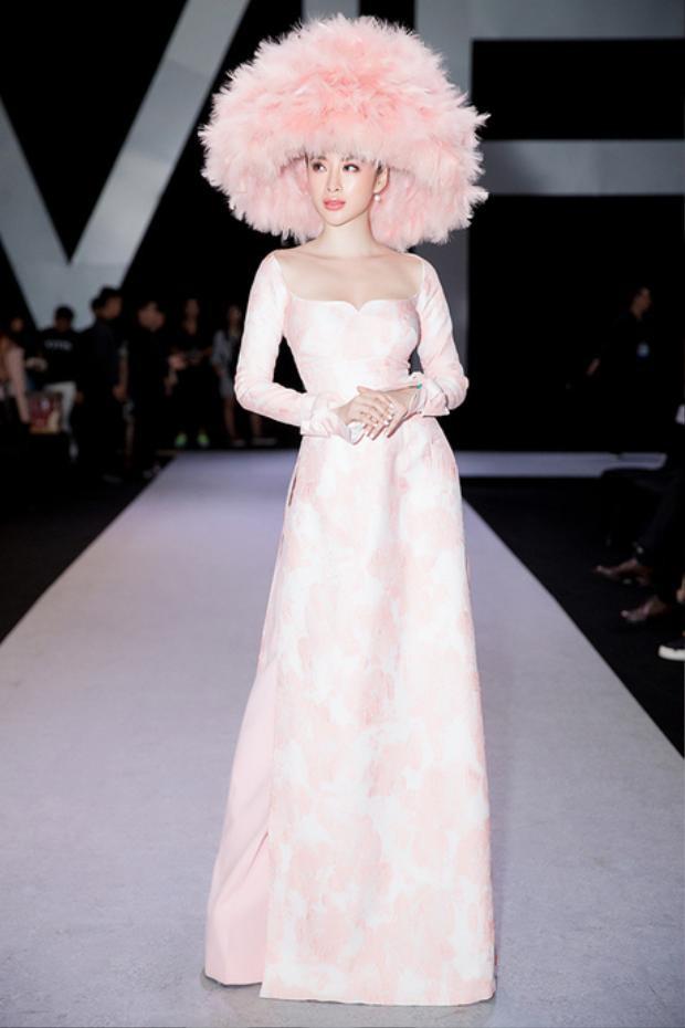 """Nối gót """"tiên cá"""" Như Quỳnh trong danh sách sao xấu là cô nàng """"Angela Phương Trinh"""" với chiếc mũ lông vĩ đại từng khiến cộng đồng mạng phải dậy sóng. Item này là một phụ kiện được ê-kíp của Trinh nghĩ ra khi muốn tạo nên một hình ảnh mới với tà áo dài hồng của NTK Công Trí."""