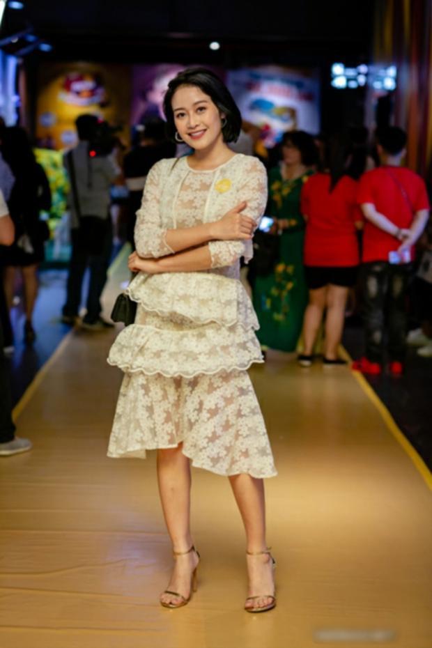 Trang phục kiểu dáng lỗi thời cùng việc sử dụng chất liệu vải không mấy sang trọng là nguyên nhân khiến MC Phí Linh phải chịu cảnh lọt vào danh sách sao xấu tháng 4.