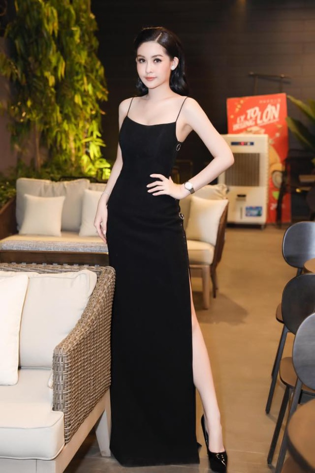 Cô sắm sửa nhiều váy áo, phụ kiện của các thương hiệu lừng danh thế giới, giá trị hàng nghìn đôla.