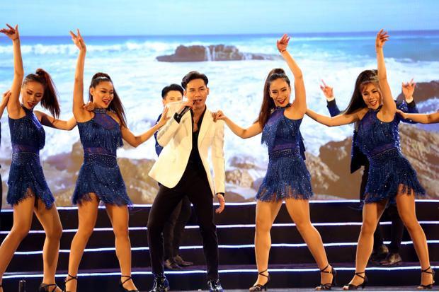 Đây cũng là lần đầu tiên anh chàng trình bày bản nhạc được khán giả Việt yêu mến hơn 1 thập kỷ qua giọng hát Mỹ Tâm.