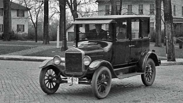 9. Ford Model T: Dòng xe giá tốt, được sản xuất với số lượng lớn đầu tiên cho người dùng tầm trung tại Mỹ được phát triển vào năm 1908 ại Detroit bởi Henry Ford. Mặc dù không còn được sản xuất trong suốt 86 năm trở lại đây, Ford Model T vẫn có mặt tại vị trí số 9 trong danh sách những chiếc xe bán chạy nhất mọi thời đại với doanh số 16,5 triệu xe.