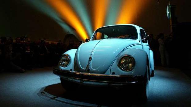 4. Volkswagen Beetle: Beetle là một trogn những dòng xe được sản xuất trong thời gian dài nhất lịch sử ngành xe hơi. Ra mắt lần đầu năm 1938, Volkswagen Beetle thu hút sự chú ý nhờ mức giá tốt và thiết kế độc đáo. Chiếc xe hình chú bọ này bán được tới 23,5 triệu chiếc trên toàn cầu.