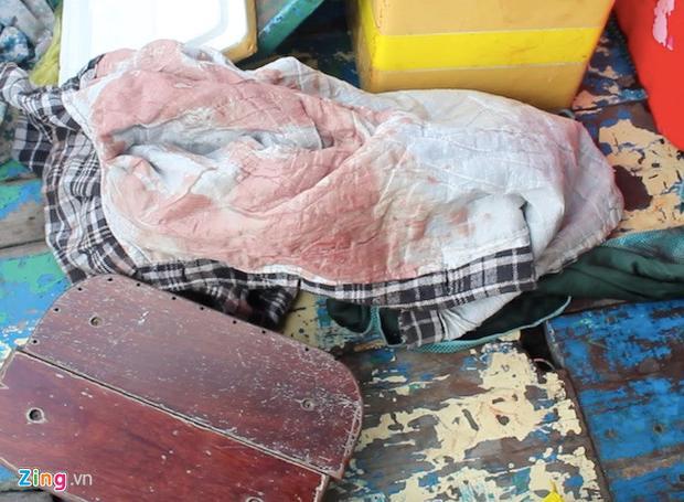 Chiếc áo dính máu được cảnh sát tìm thấy trên đò. Ảnh: Zing.vn
