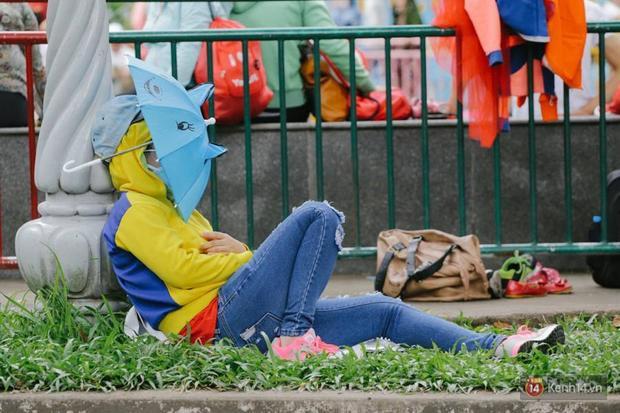 giữa cái nắng trên 40 độ, nhiều người không khỏi mệt mỏi. Ảnh: Trí Thức Trẻ.