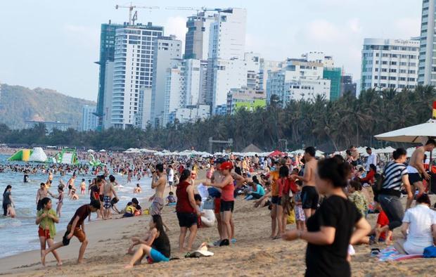 Hôm nay, ngày thứ 3 của kỳ nghĩ lễ kéo dài 4 ngày dịp lễ 30/4 và 1/5, hàng nghìn người đã đổ về biển Nha Trang (TP. Nha Trang, Khánh Hòa) để vui chơi, tắm mát (ảnh: Vietnamnet)