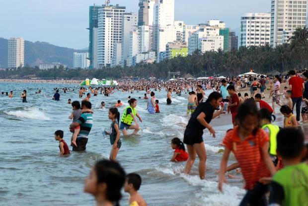 Theo ghi nhận, ngay từ sáng, nhiệt độ tại TP. Nha Trang đã oi bức, nắng nóng gay gắt. Do vậy, hàng nghìn người đã chọn bãi biển Trần Phú kéo dài gần 5 km để 'giải nhiệt (ảnh: Vietnamnet)