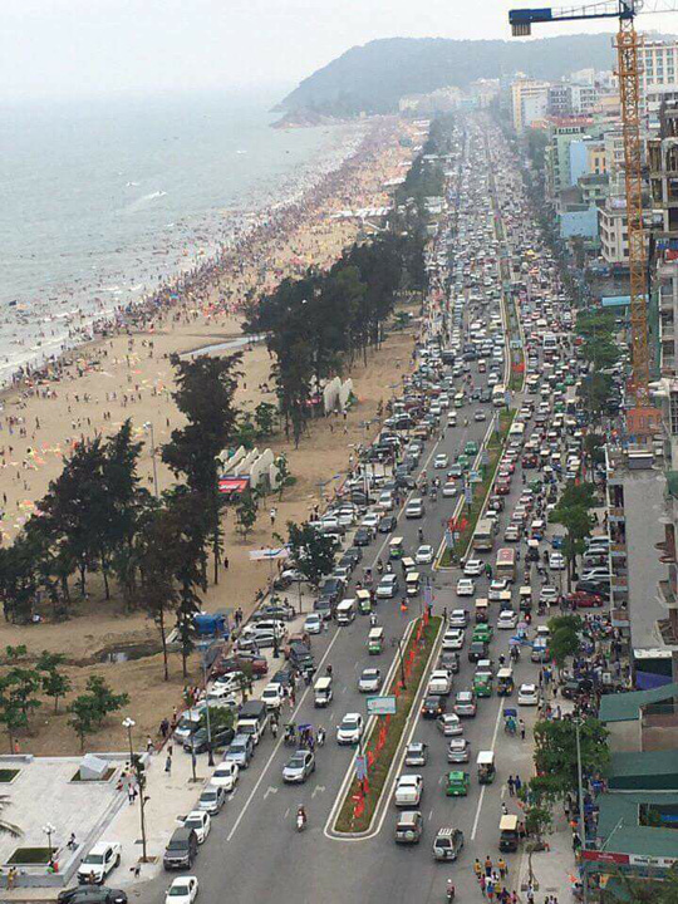 Hình ảnh bãi biển Sầm Sơn đông ghẹt người từ trên đường xuống dưới biển. Ảnh: Biển Sầm Sơn