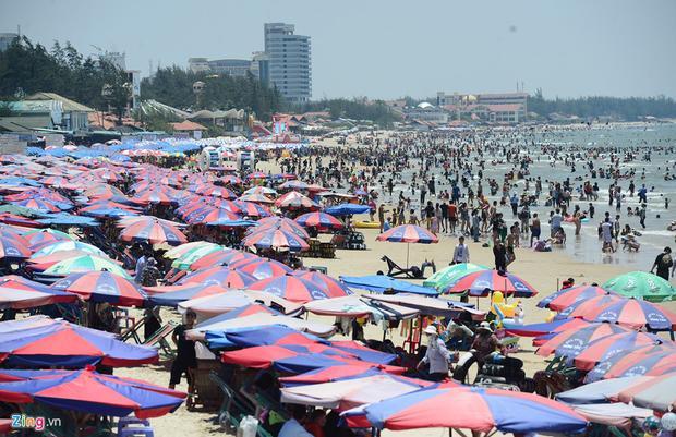 Trong 3 ngày nghỉ lễ, bãi biển Vũng Tàu luôn kín du khách từ TP.HCM và các tỉnh lân cận đổ về tắm biển. Vào thời điểm gần trưa, đầu giờ chiều trời nắng nóng thực tế đến gần 40 độ C nhưng Bãi Sau luôn đông đúc người tắm, ngồi chật kín ghế, bạt.