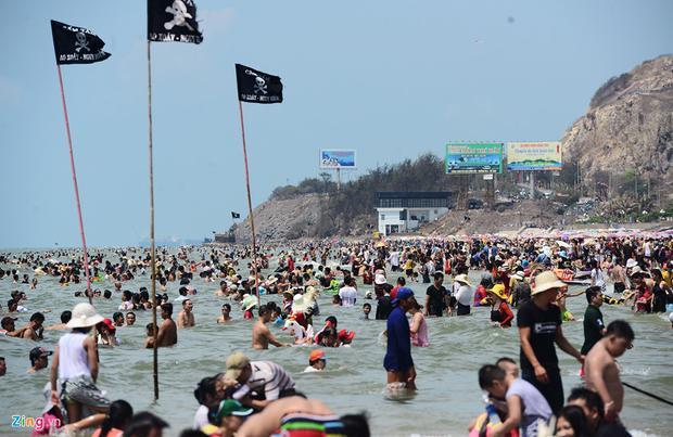 Chiều 30/4, nắng nóng gay gắt càng khiến nhiều người thích thú nhảy xuống nước. Tại những khu vực cắm cờ cảnh báo nguy hiểm du khách cũng không ngần ngại tới vùng vẫy khi mực nước chưa lên cao.