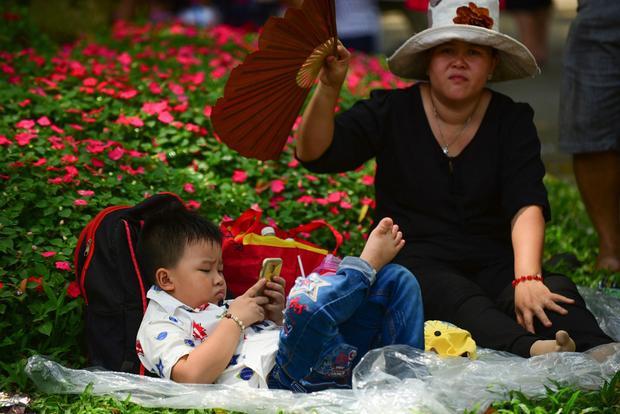 Thời tiết nắng nóng khiến trẻ em dễ mệt khi vui chơi, lượng người đông đúc cũng làm nhiều bé khó chịu - Ảnh: Tuổi trẻ.