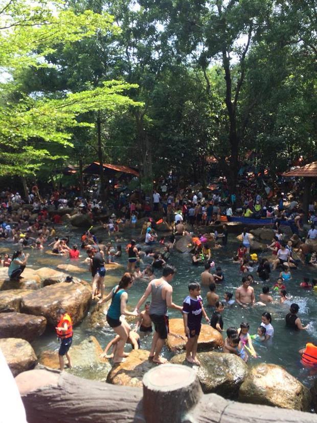 """Chiều 30/4, tại khu vực khu du lịch Thủy Châu (thị xã Dĩ An, Bình Dương) chật kín người đến tham quan, vui chơi. Những đoàn người kéo đến khu du lịch này khiến những những suối nước, rừng cây, lán trại đều """"thất thủ""""."""