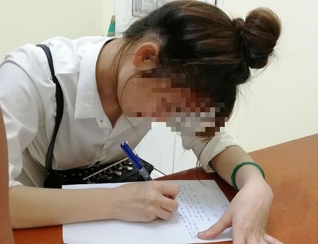 Công an TP Vinh làm việc với chị Th.T.Ng. Ảnh: PLO.
