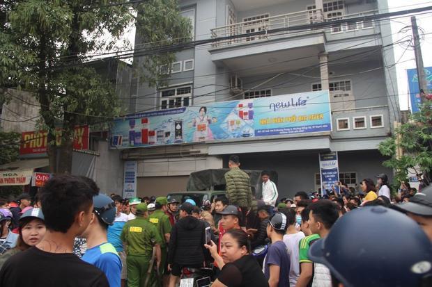 Dân vây kín một căn nhà được cho là điểm sinh hoạt của Hội Thánh Đức Chúa Trời tại Thanh Hóa. Ảnh: VTC.