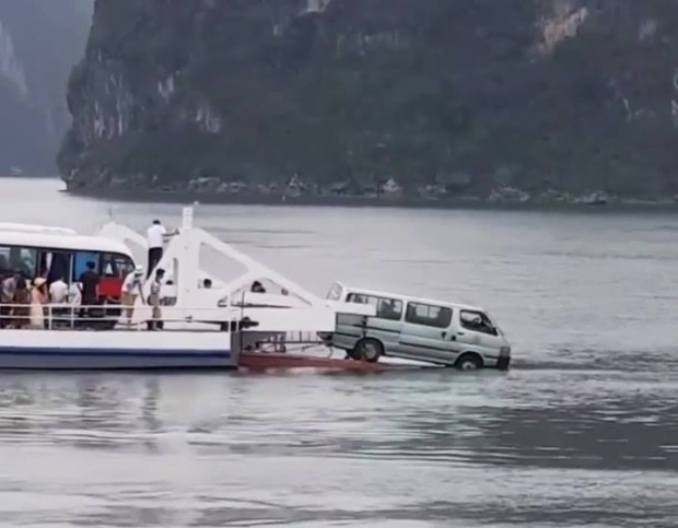 Đoàn khách hốt hoảng khi ô tô 16 chỗ trên phà đi Cát Bà suýt trôi xuống biển