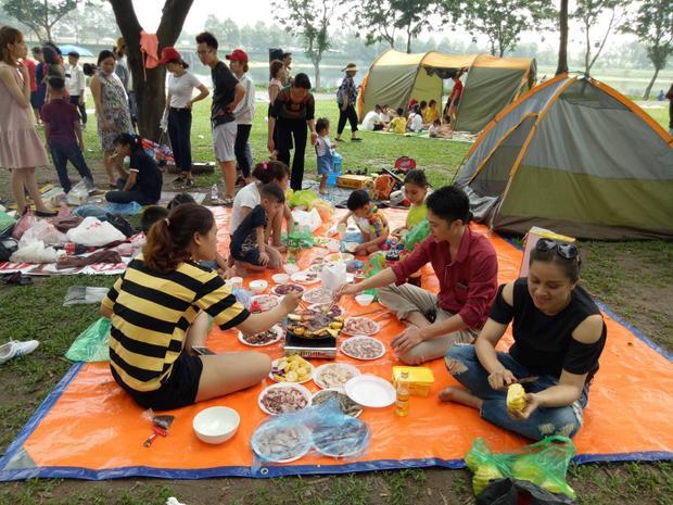 Các gia đình đã chuẩn bị sẵn đồ ăn, trái cây cho dịp nghỉ lễ.