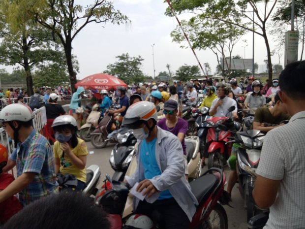 Bởi lượng người quá đông, do đó, để di chuyển vào bãi gửi xe trong dịp này cũng là một điều khó khăn.