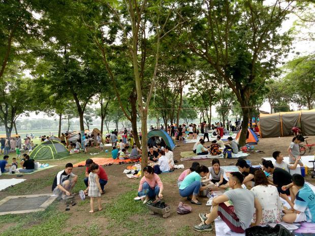 Ngoài chuẩn bị đồ ăn, nước uống, những người đến công viên còn mang theo loại lều cắm trại để tiện cho việc nghỉ ngơi.