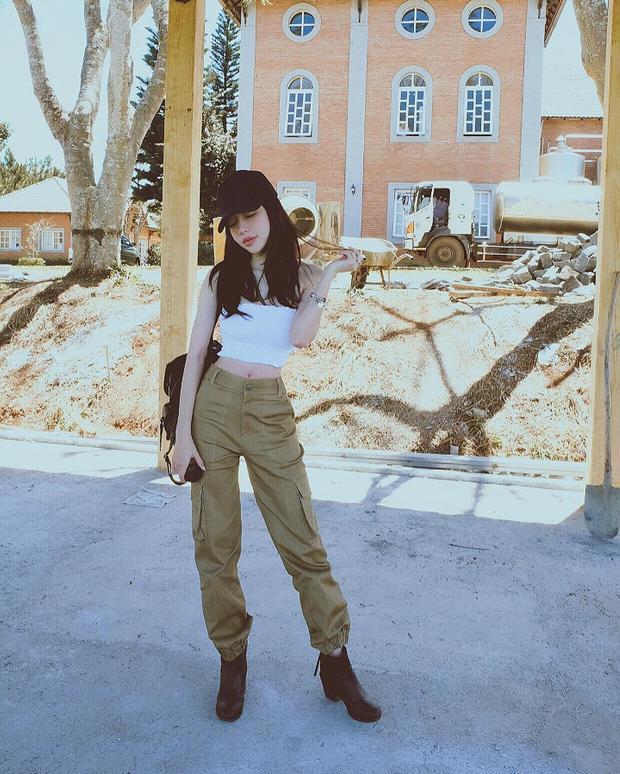 """""""Mẹ hai con"""" Elly Trần khoe eo thon cùng croptop và quần túi hộp. Cô nàng cũng tăng thêm độ thời thượng bằng mũ lưỡi trai và chiếc ba lô đeo sau lưng."""