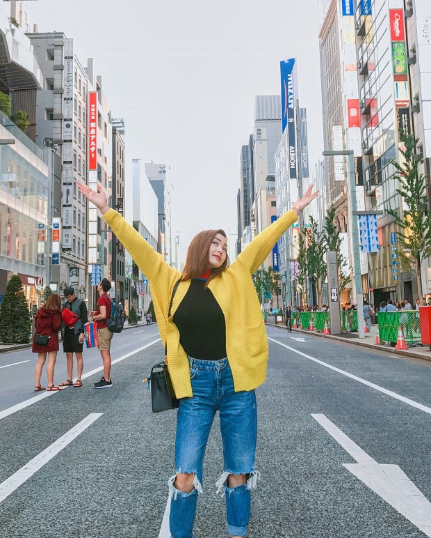 Minh Hằng lại đem đến chút màu sắc cùng chiếc áo dáng dài tông vàng mustard trên đường phố Nhật Bản.