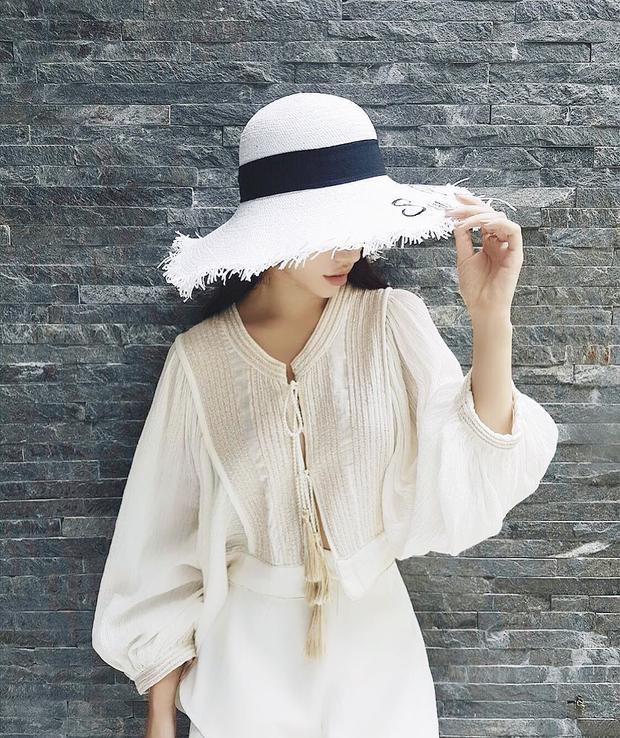 """Jolie Nguyễn lại nhẹ nhàng với áo váy chất liệu linen pha, đi cùng chiếc nón rộng vành """"cộp mác"""" mùa hè."""