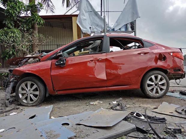 Xe ô tô hư hỏng nặng sau vụ nổ.