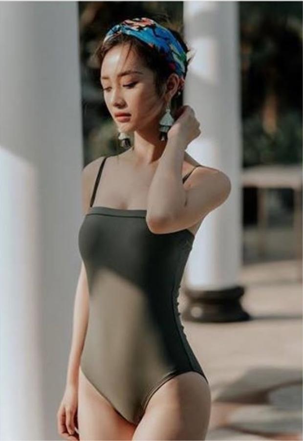 Diện áo tắm không quá cầu kì, Jun Vũ vẫn gợi cảm với vóc dáng cân đối và vòng một đẫy đà.