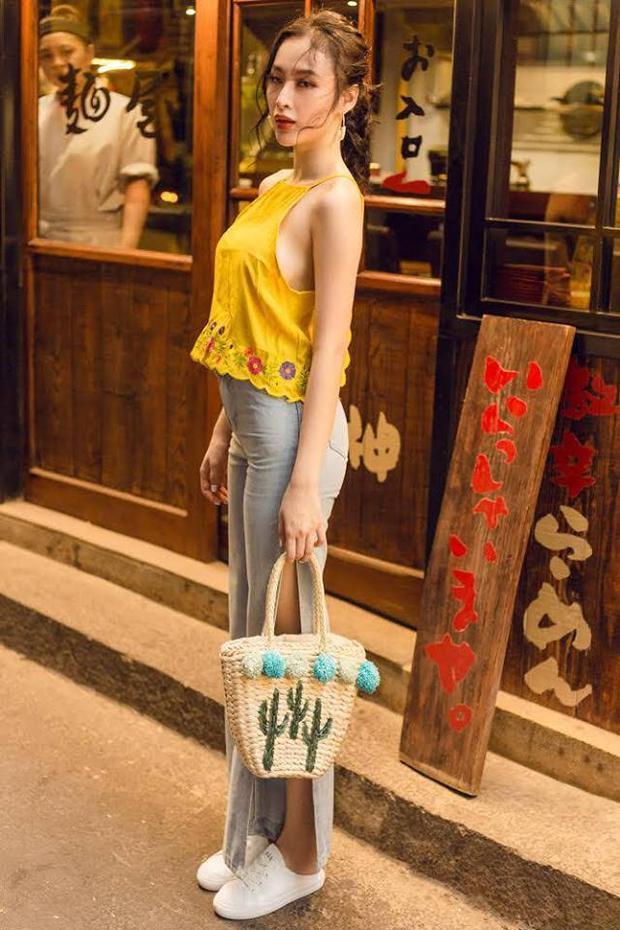 Angela Phương Trinh vẫn gợi cảm trong trang phục đơn giản.